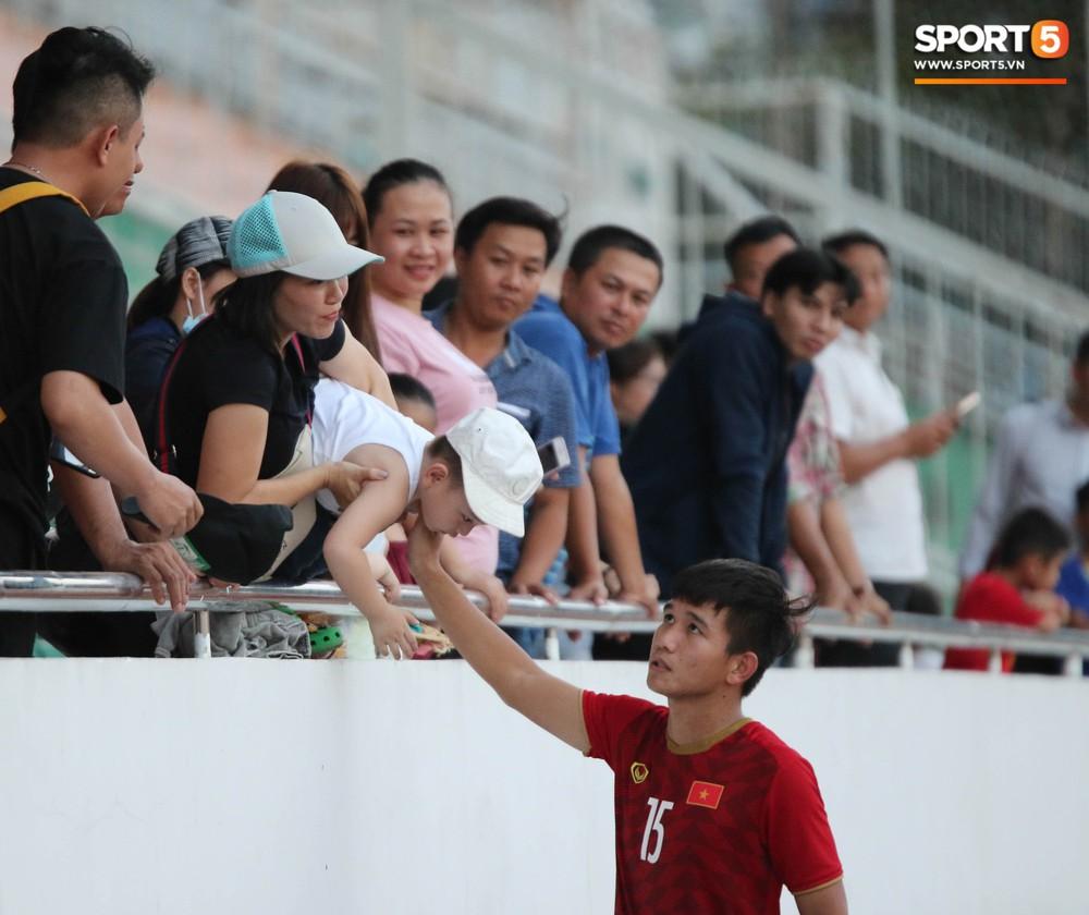 Ấm lòng phút giây xum vầy cùng gia đình của các cầu thủ U18 Việt Nam sau thất bại tại giải U18 Đông Nam Á 2019 - Ảnh 6.