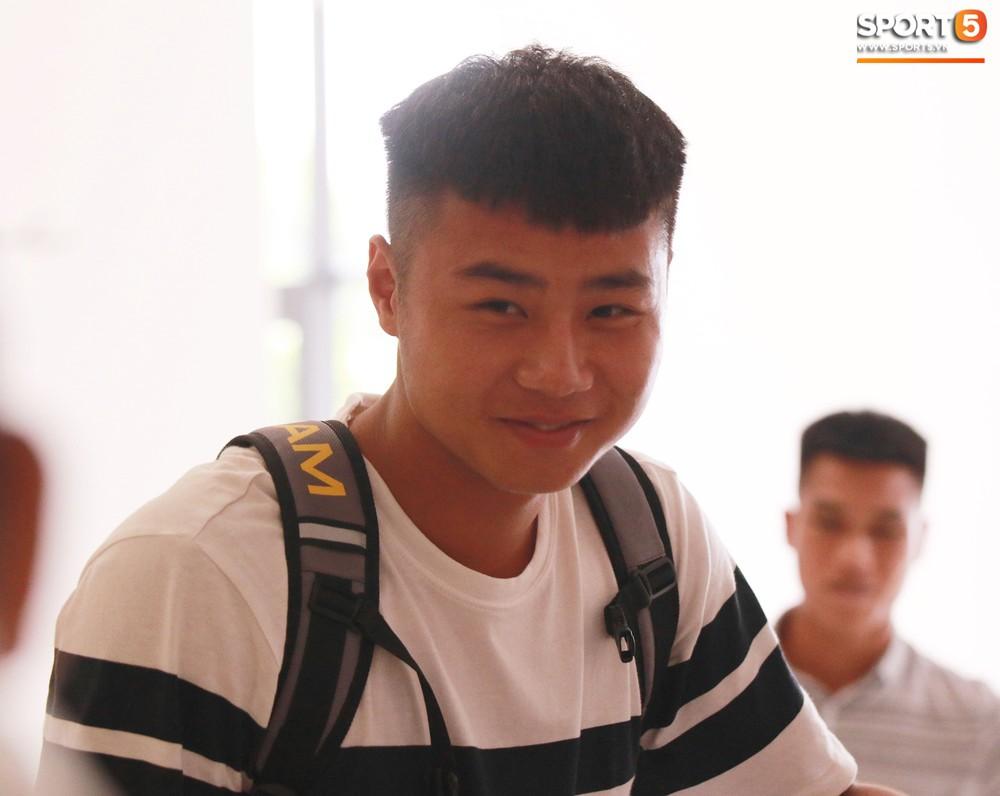 Hà Đức Chinh trầm tư trong ngày lên tập trung cùng U22 Việt Nam chuẩn bị cho SEA Games - Ảnh 3.