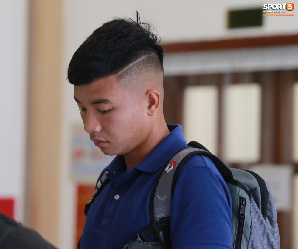 Hà Đức Chinh trầm tư trong ngày lên tập trung cùng U22 Việt Nam chuẩn bị cho SEA Games - Ảnh 11.