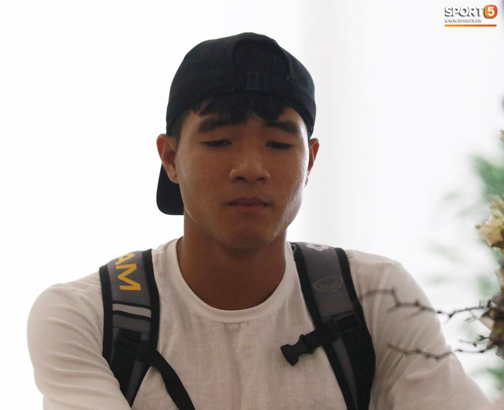 Hà Đức Chinh trầm tư trong ngày lên tập trung cùng U22 Việt Nam chuẩn bị cho SEA Games - Ảnh 1.