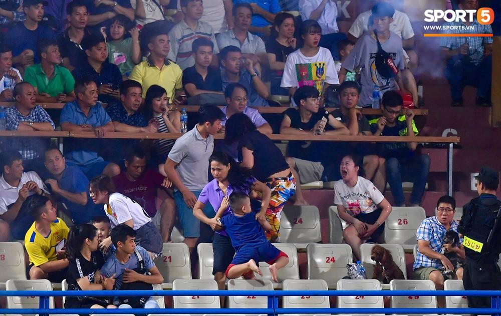 Fan nữ đổ máu vì bị pháo bắn trúng trên khán đài trận Hà Nội FC vs Nam Định - Ảnh 2.