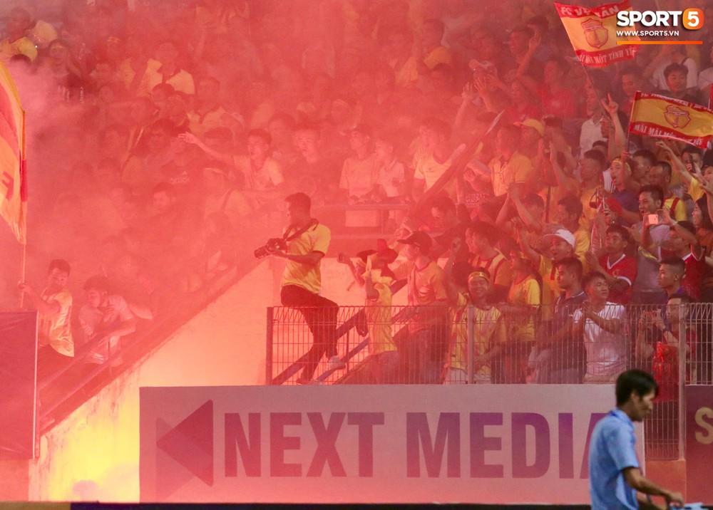 Fan nữ đổ máu vì bị pháo bắn trúng trên khán đài trận Hà Nội FC vs Nam Định - Ảnh 9.