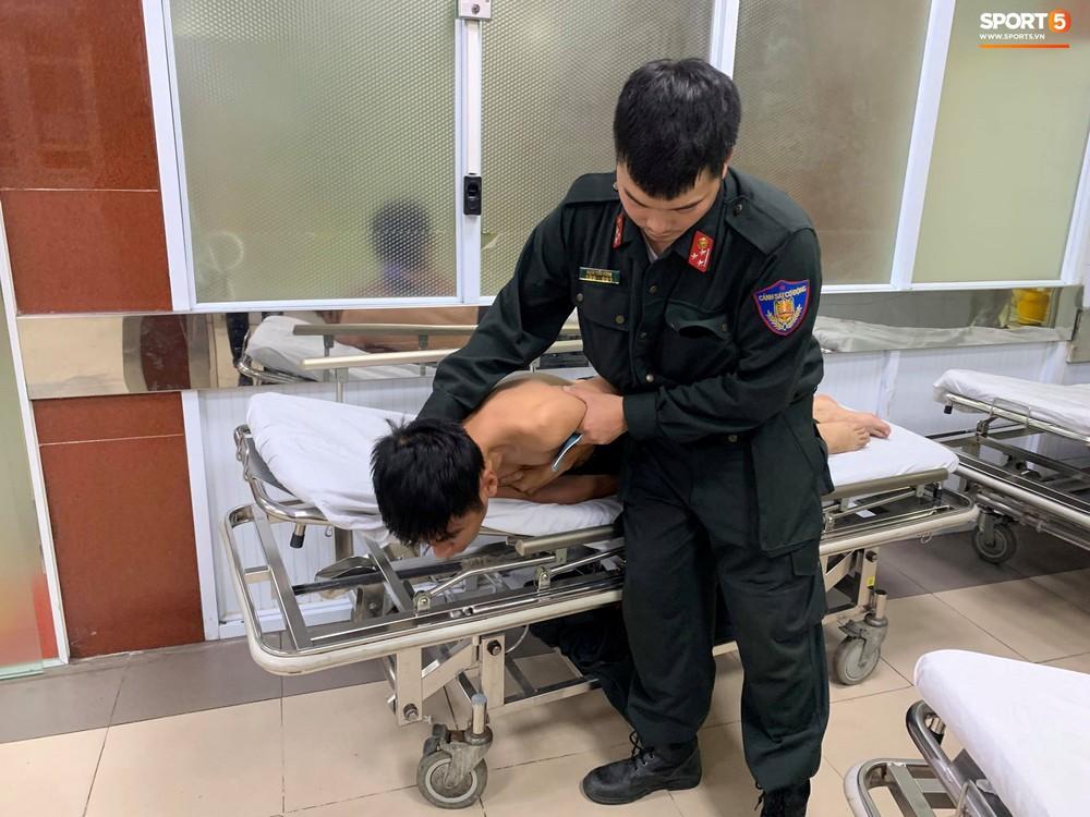 Sau fan nữ trúng pháo, 2 cảnh sát cơ động nhập viện vì xô xát ở khu vực khán đài CĐV Nam Định - Ảnh 4.