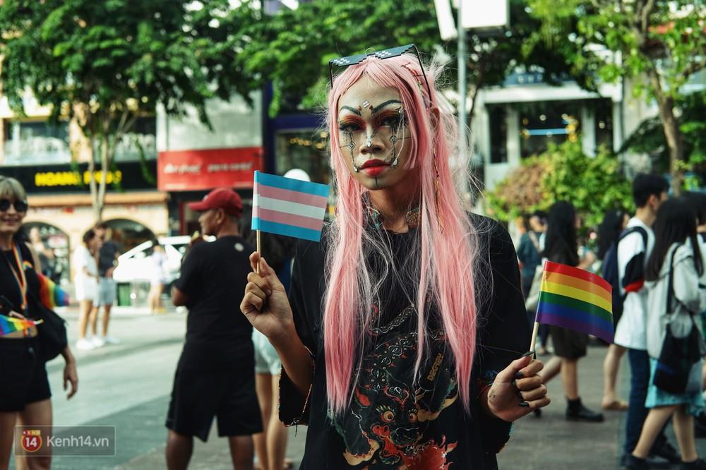 Ngày hội tự hào LGBTI+ ở Sài Gòn: Đứng dưới cờ lục sắc, mọi người đều xinh đẹp và tự do - Ảnh 5.