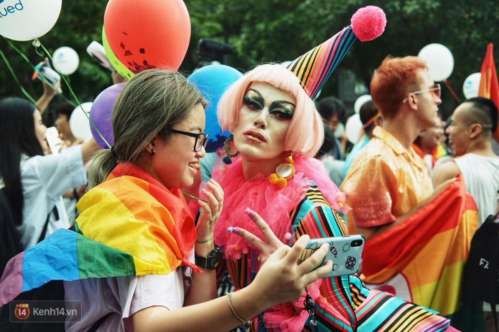 Ngày hội tự hào LGBTI+ ở Sài Gòn: Đứng dưới cờ lục sắc, mọi người đều xinh đẹp và tự do - Ảnh 4.