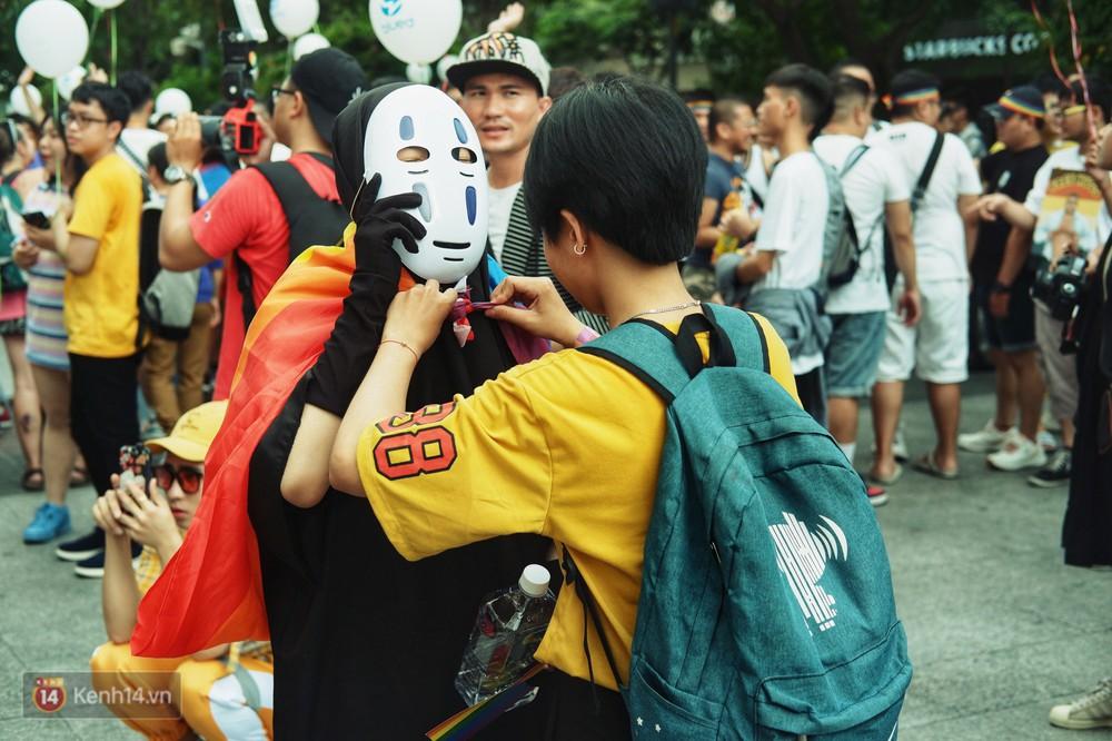 Ngày hội tự hào LGBTI+ ở Sài Gòn: Đứng dưới cờ lục sắc, mọi người đều xinh đẹp và tự do - Ảnh 9.