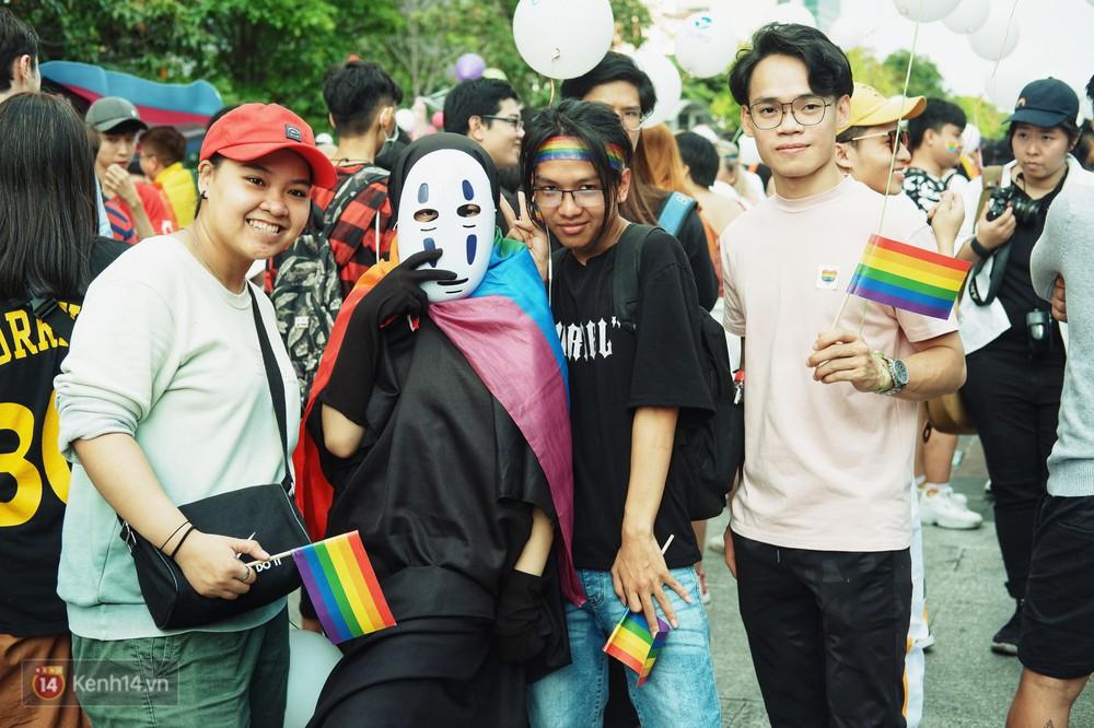 Ngày hội tự hào LGBTI+ ở Sài Gòn: Đứng dưới cờ lục sắc, mọi người đều xinh đẹp và tự do - Ảnh 10.