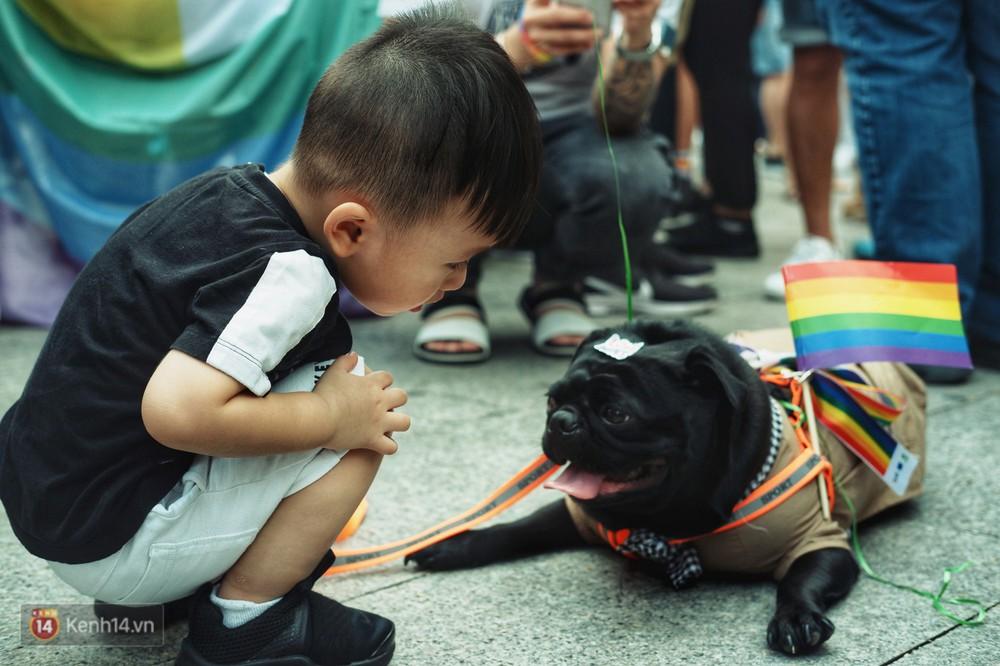 Ngày hội tự hào LGBTI+ ở Sài Gòn: Đứng dưới cờ lục sắc, mọi người đều xinh đẹp và tự do - Ảnh 8.