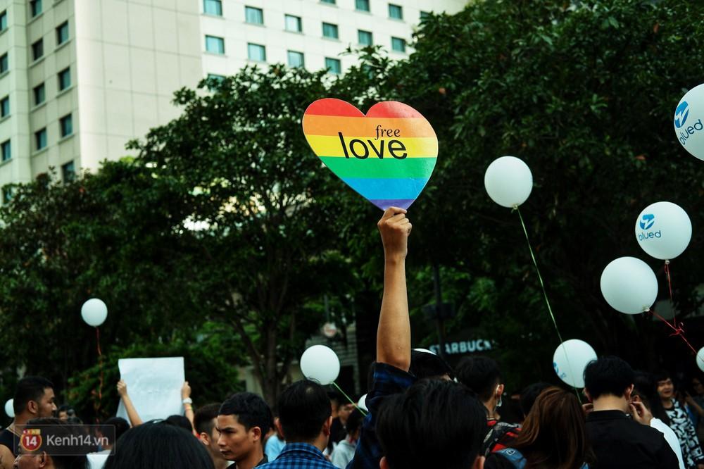 Ngày hội tự hào LGBTI+ ở Sài Gòn: Đứng dưới cờ lục sắc, mọi người đều xinh đẹp và tự do - Ảnh 19.