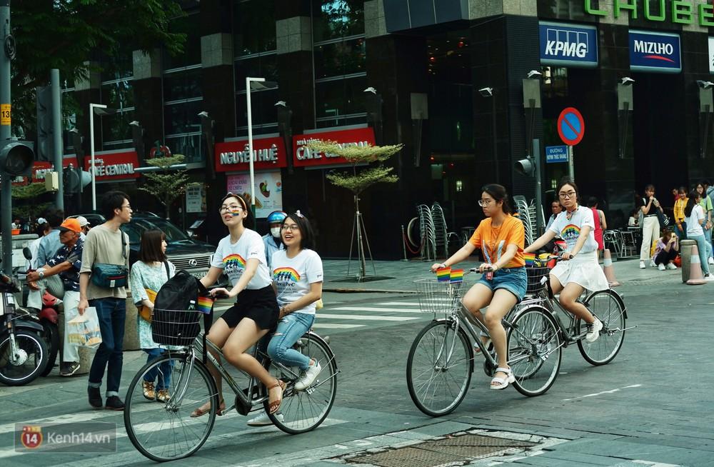 Ngày hội tự hào LGBTI+ ở Sài Gòn: Đứng dưới cờ lục sắc, mọi người đều xinh đẹp và tự do - Ảnh 2.