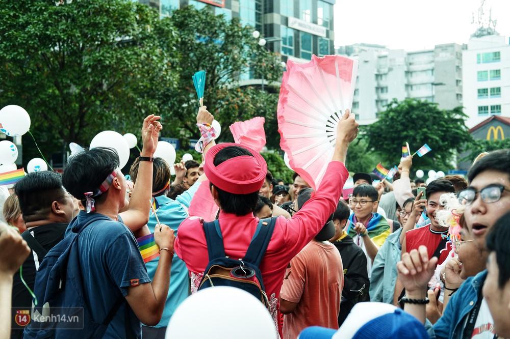 Ngày hội tự hào LGBTI+ ở Sài Gòn: Đứng dưới cờ lục sắc, mọi người đều xinh đẹp và tự do - Ảnh 6.