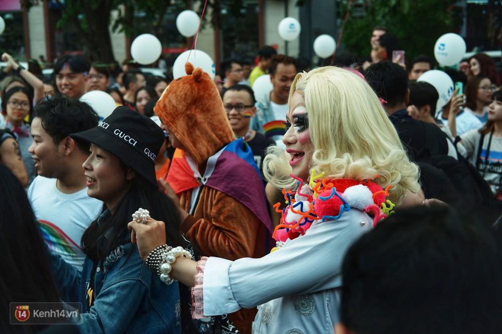 Ngày hội tự hào LGBTI+ ở Sài Gòn: Đứng dưới cờ lục sắc, mọi người đều xinh đẹp và tự do - Ảnh 3.