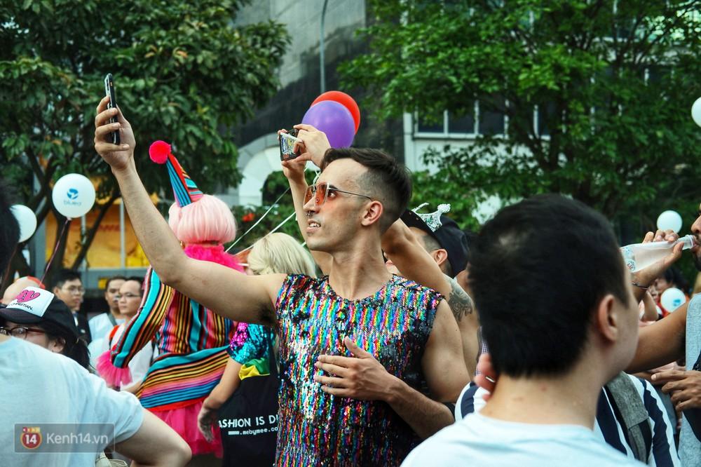 Ngày hội tự hào LGBTI+ ở Sài Gòn: Đứng dưới cờ lục sắc, mọi người đều xinh đẹp và tự do - Ảnh 18.