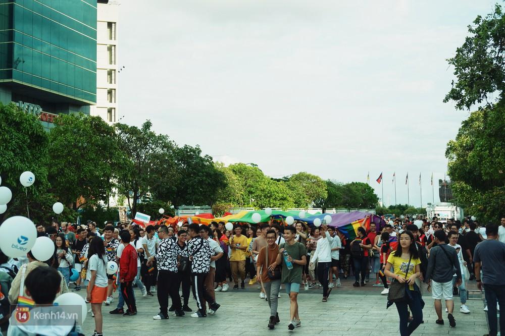 Ngày hội tự hào LGBTI+ ở Sài Gòn: Đứng dưới cờ lục sắc, mọi người đều xinh đẹp và tự do - Ảnh 11.