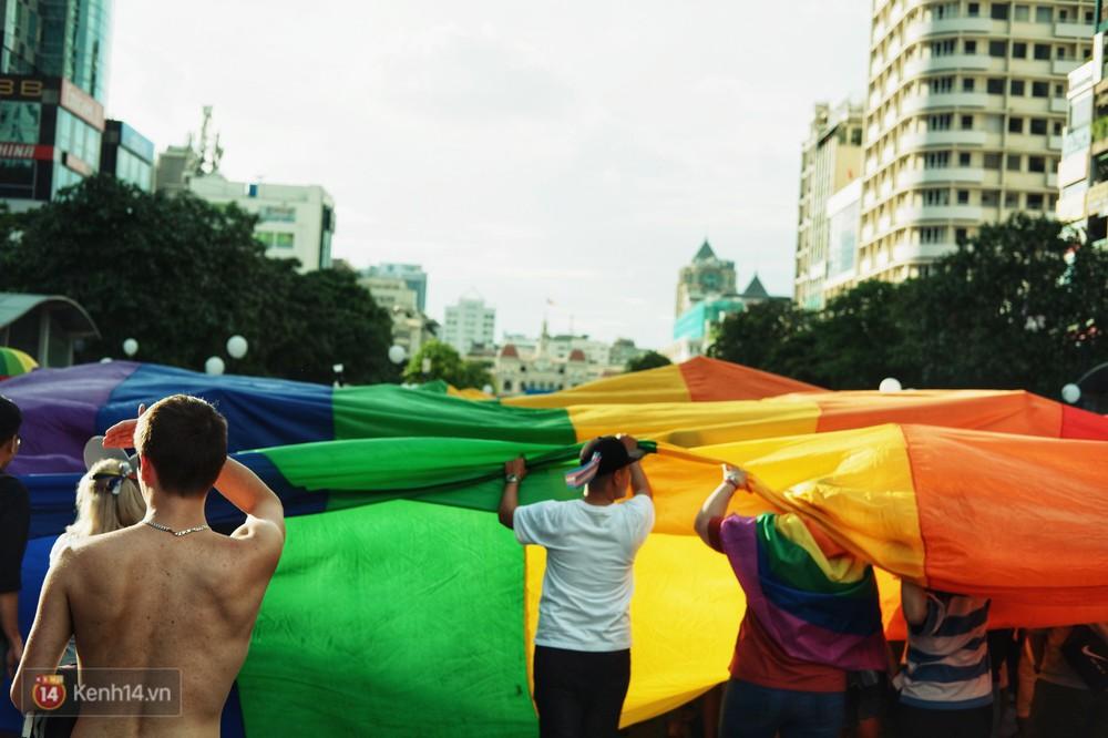 Ngày hội tự hào LGBTI+ ở Sài Gòn: Đứng dưới cờ lục sắc, mọi người đều xinh đẹp và tự do - Ảnh 15.