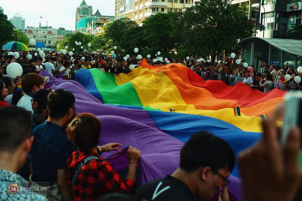 Ngày hội tự hào LGBTI+ ở Sài Gòn: Đứng dưới cờ lục sắc, mọi người đều xinh đẹp và tự do - Ảnh 12.