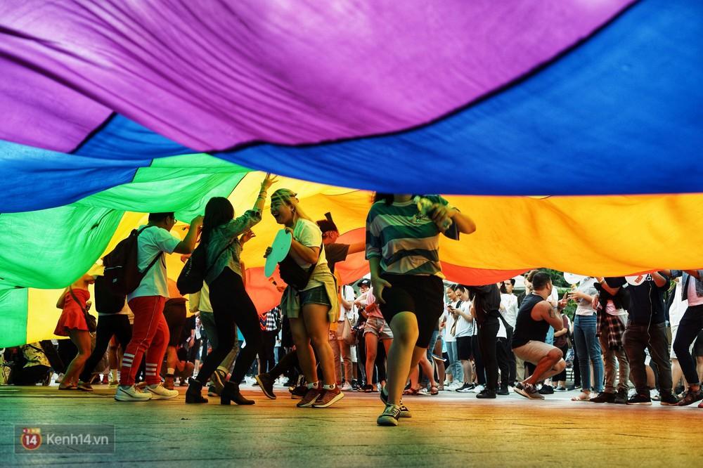 Ngày hội tự hào LGBTI+ ở Sài Gòn: Đứng dưới cờ lục sắc, mọi người đều xinh đẹp và tự do - Ảnh 13.