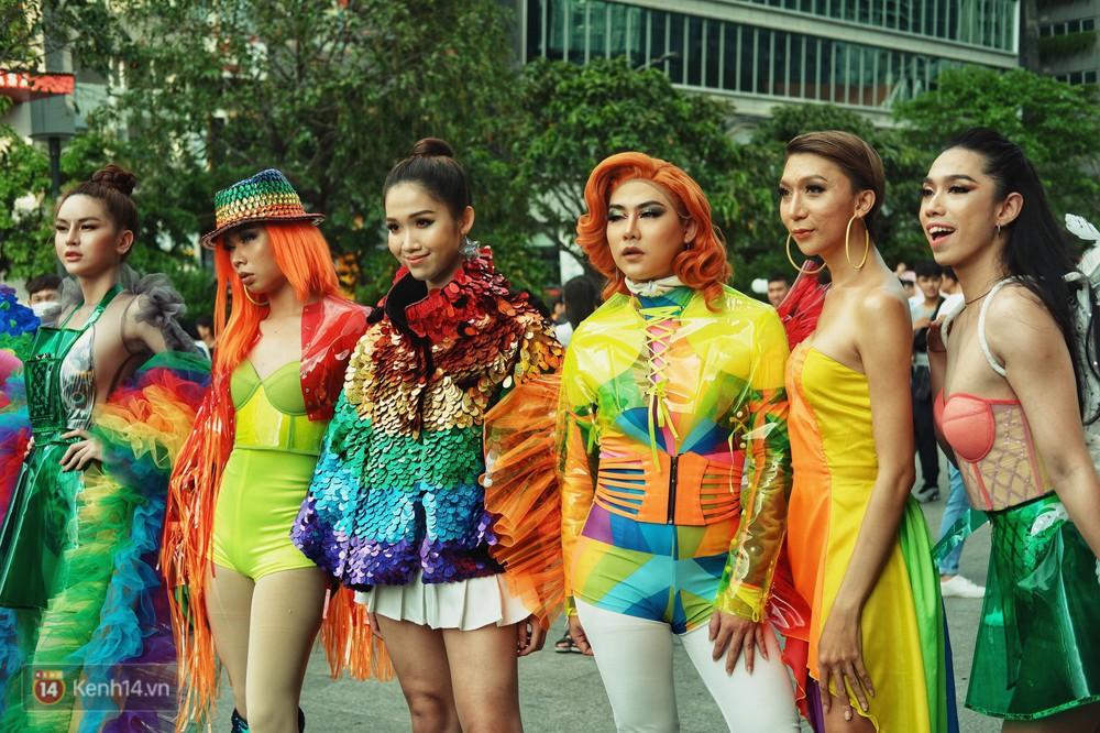 Ngày hội tự hào LGBTI+ ở Sài Gòn: Đứng dưới cờ lục sắc, mọi người đều xinh đẹp và tự do - Ảnh 16.