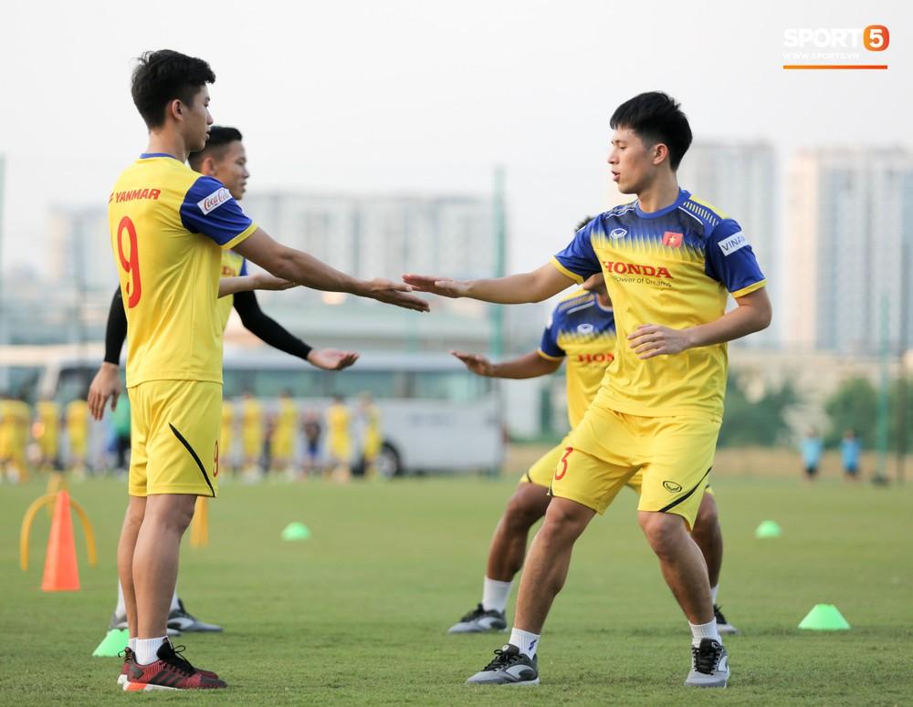 Văn Toàn sút bóng trúng Mạc Hồng Quân sau khi suýt xếp cuối ở trò chơi của tuyển Việt Nam - Ảnh 11.