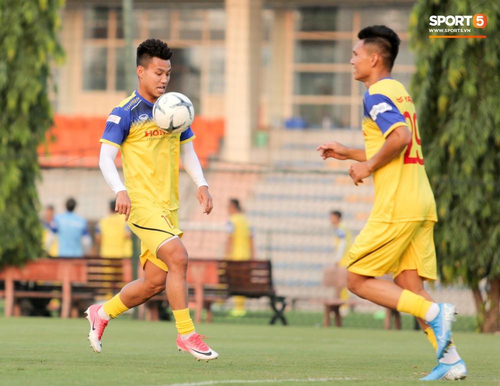 Văn Toàn sút bóng trúng Mạc Hồng Quân sau khi suýt xếp cuối ở trò chơi của tuyển Việt Nam - Ảnh 5.