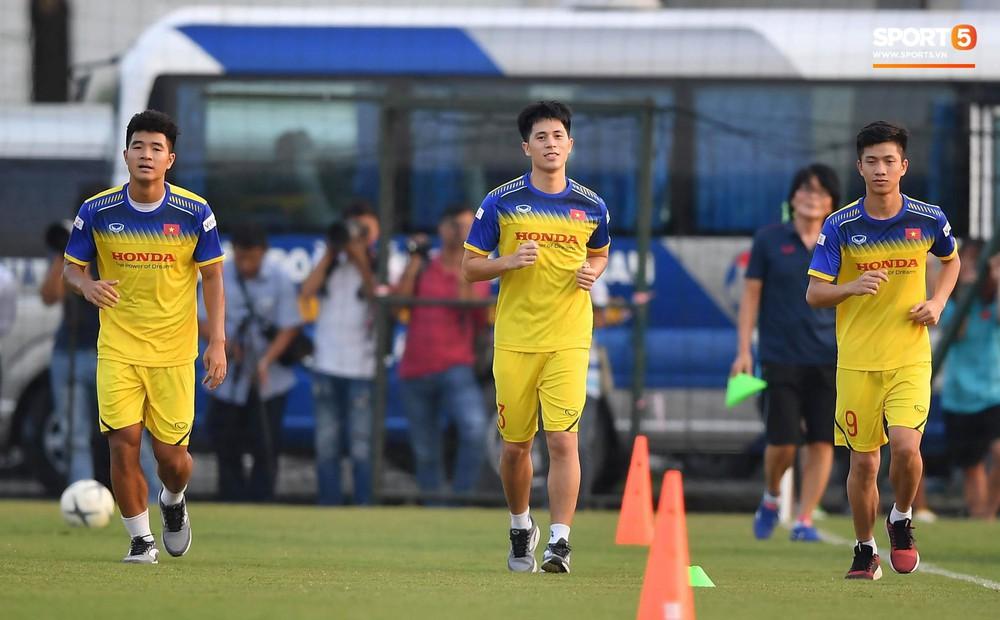 Văn Toàn sút bóng trúng Mạc Hồng Quân sau khi suýt xếp cuối ở trò chơi của tuyển Việt Nam - Ảnh 10.