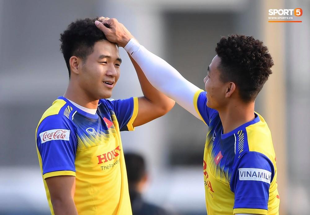 Đức Chinh và Văn Thanh gây chú ý với kiểu tóc song sinh khiến đồng đội ở tuyển Việt Nam thích thú - Ảnh 2.