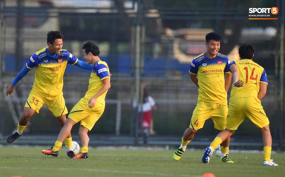 Văn Toàn sút bóng trúng Mạc Hồng Quân sau khi suýt xếp cuối ở trò chơi của tuyển Việt Nam - Ảnh 7.