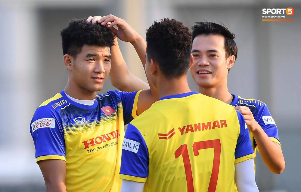 Đức Chinh và Văn Thanh gây chú ý với kiểu tóc song sinh khiến đồng đội ở tuyển Việt Nam thích thú - Ảnh 1.