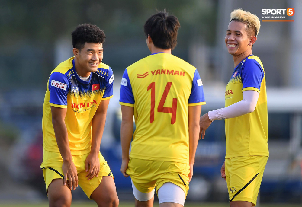 Đức Chinh và Văn Thanh gây chú ý với kiểu tóc song sinh khiến đồng đội ở tuyển Việt Nam thích thú - Ảnh 4.