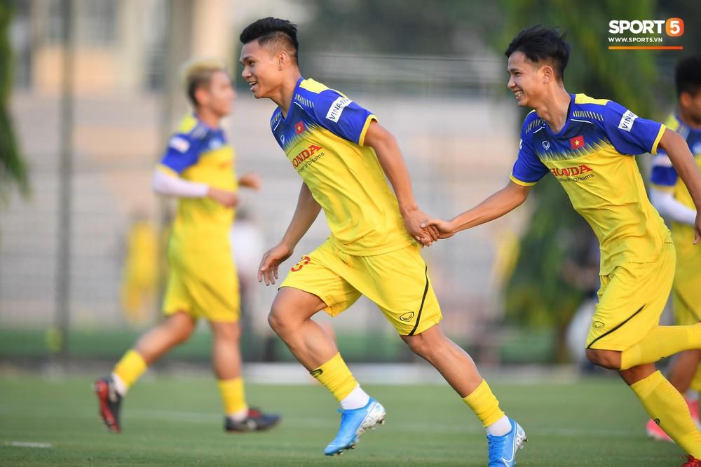 Văn Toàn sút bóng trúng Mạc Hồng Quân sau khi suýt xếp cuối ở trò chơi của tuyển Việt Nam - Ảnh 3.