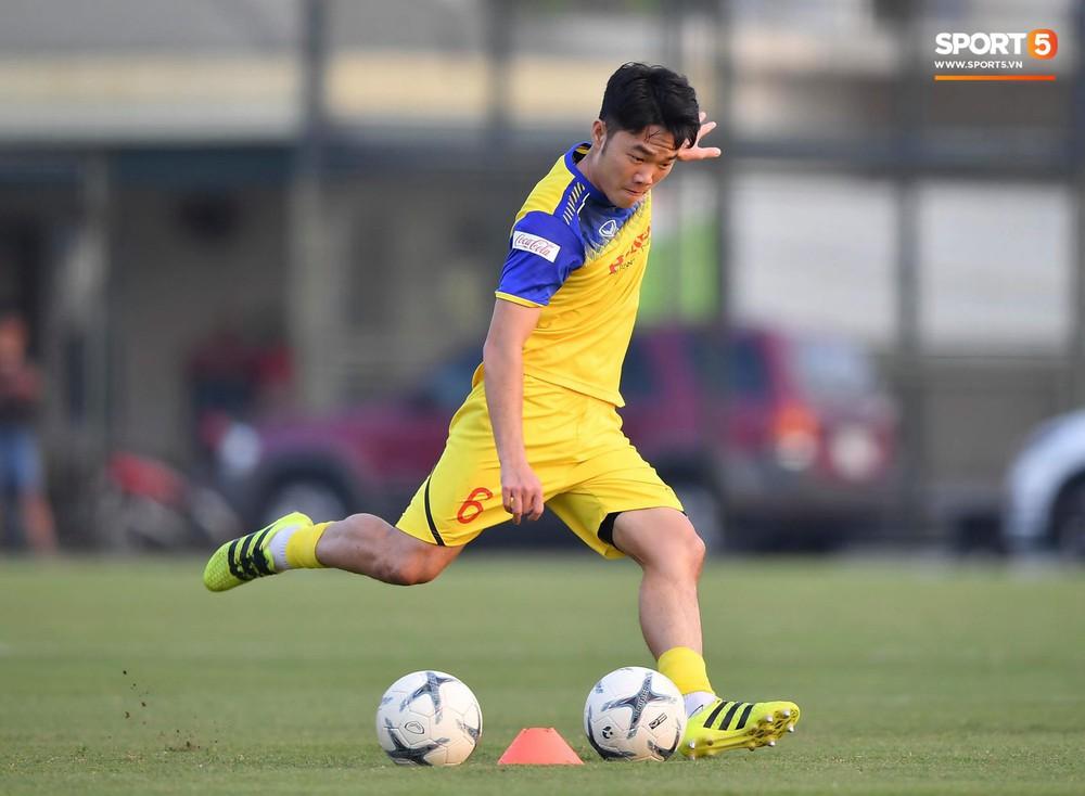Văn Toàn sút bóng trúng Mạc Hồng Quân sau khi suýt xếp cuối ở trò chơi của tuyển Việt Nam - Ảnh 4.