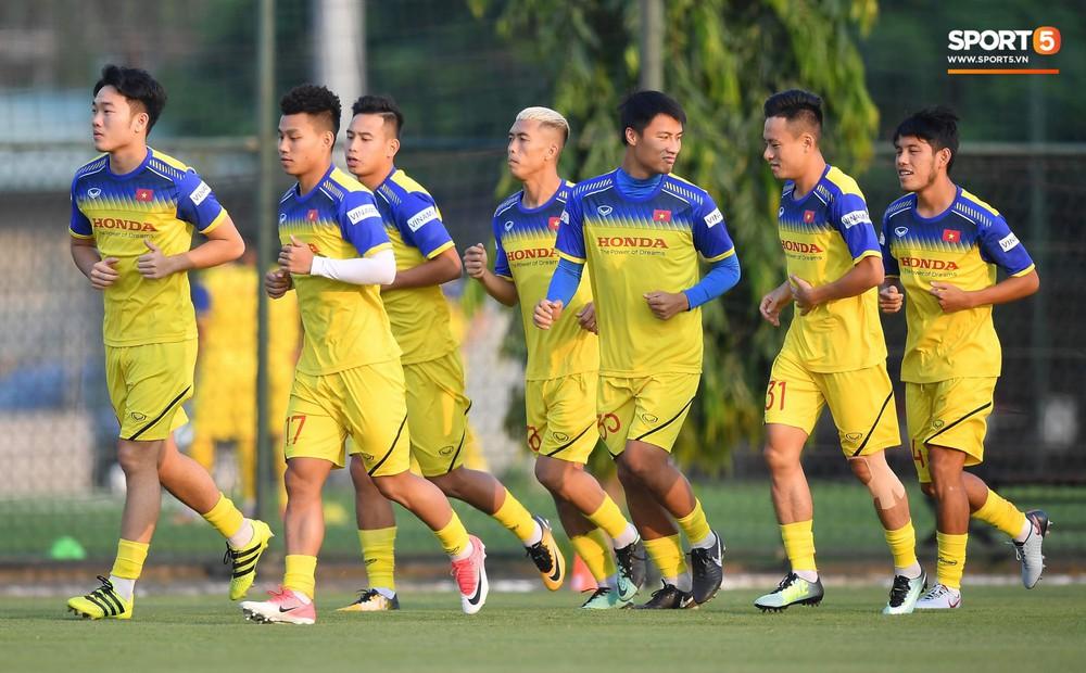 Văn Toàn sút bóng trúng Mạc Hồng Quân sau khi suýt xếp cuối ở trò chơi của tuyển Việt Nam - Ảnh 12.