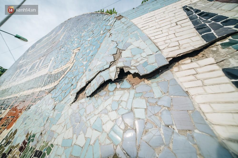Hình ảnh buồn về con đường gốm sứ Hà Nội sau gần 10 năm nhận kỷ lục Guinness: Tiếp tục rạn nứt, ám khói do dân đốt lửa ven đê - Ảnh 9.