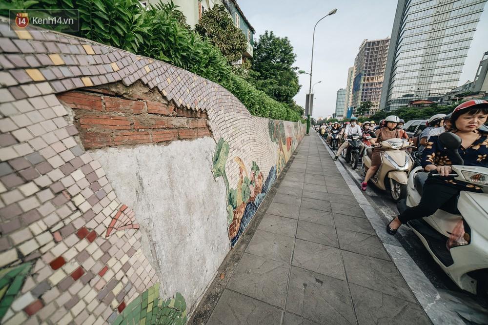 Hình ảnh buồn về con đường gốm sứ Hà Nội sau gần 10 năm nhận kỷ lục Guinness: Tiếp tục rạn nứt, ám khói do dân đốt lửa ven đê - Ảnh 3.