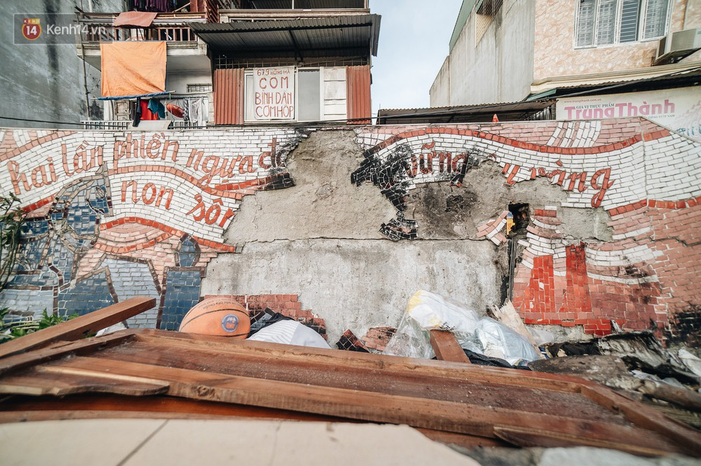Hình ảnh buồn về con đường gốm sứ Hà Nội sau gần 10 năm nhận kỷ lục Guinness: Tiếp tục rạn nứt, ám khói do dân đốt lửa ven đê - Ảnh 4.