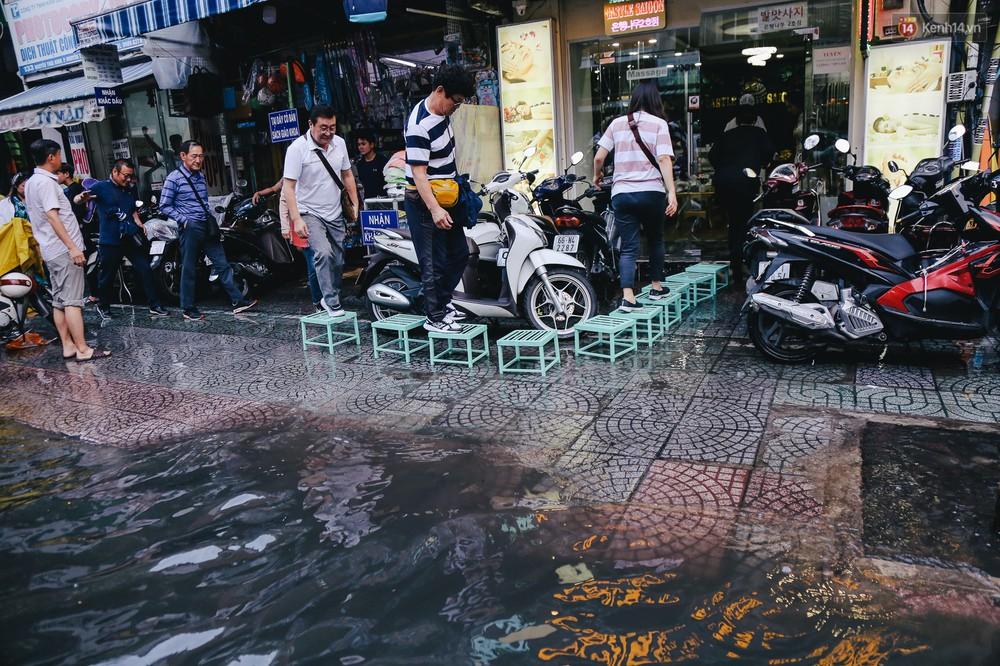Ảnh: Trung tâm Sài Gòn ngập nước trong ngày triều cường đạt đỉnh, kẹt xe kinh hoàng khắp các ngả đường - Ảnh 8.