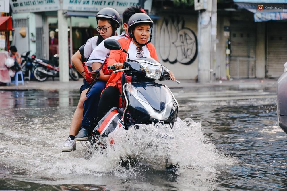 Ảnh: Trung tâm Sài Gòn ngập nước trong ngày triều cường đạt đỉnh, kẹt xe kinh hoàng khắp các ngả đường - Ảnh 5.