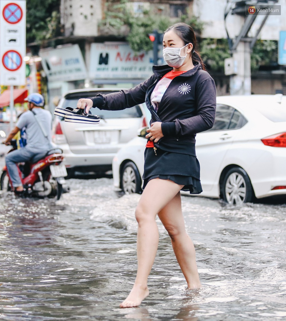Ảnh: Trung tâm Sài Gòn ngập nước trong ngày triều cường đạt đỉnh, kẹt xe kinh hoàng khắp các ngả đường - Ảnh 4.