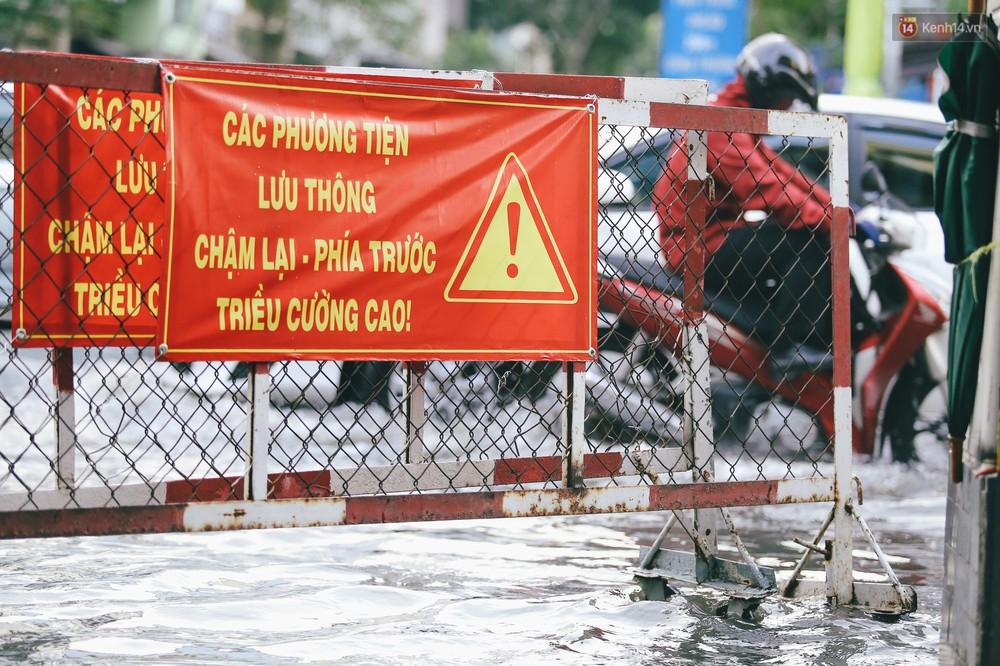 Ảnh: Trung tâm Sài Gòn ngập nước trong ngày triều cường đạt đỉnh, kẹt xe kinh hoàng khắp các ngả đường - Ảnh 6.