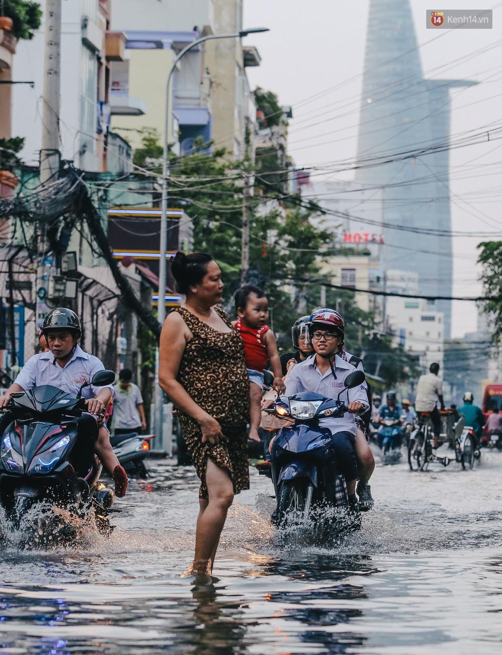 Ảnh: Trung tâm Sài Gòn ngập nước trong ngày triều cường đạt đỉnh, kẹt xe kinh hoàng khắp các ngả đường - Ảnh 2.