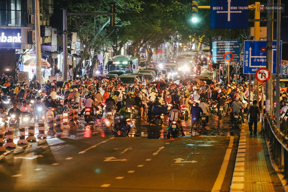Ảnh: Trung tâm Sài Gòn ngập nước trong ngày triều cường đạt đỉnh, kẹt xe kinh hoàng khắp các ngả đường - Ảnh 12.