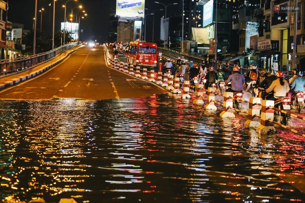 Ảnh: Trung tâm Sài Gòn ngập nước trong ngày triều cường đạt đỉnh, kẹt xe kinh hoàng khắp các ngả đường - Ảnh 13.