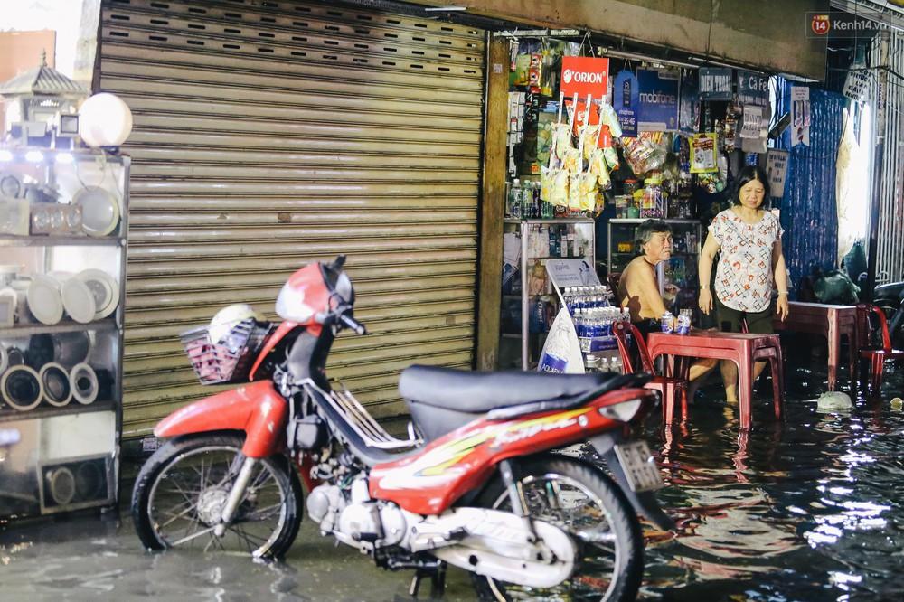 Ảnh: Trung tâm Sài Gòn ngập nước trong ngày triều cường đạt đỉnh, kẹt xe kinh hoàng khắp các ngả đường - Ảnh 15.