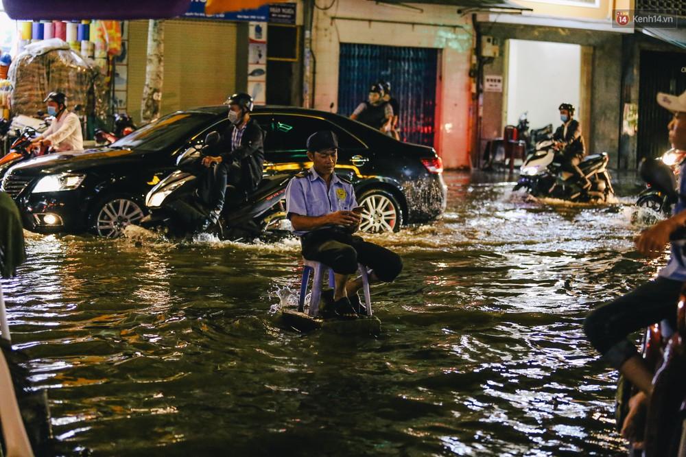 Ảnh: Trung tâm Sài Gòn ngập nước trong ngày triều cường đạt đỉnh, kẹt xe kinh hoàng khắp các ngả đường - Ảnh 9.