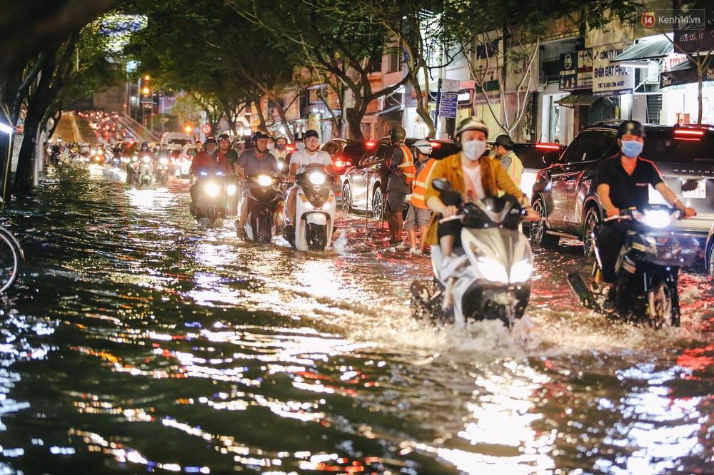Ảnh: Trung tâm Sài Gòn ngập nước trong ngày triều cường đạt đỉnh, kẹt xe kinh hoàng khắp các ngả đường - Ảnh 11.