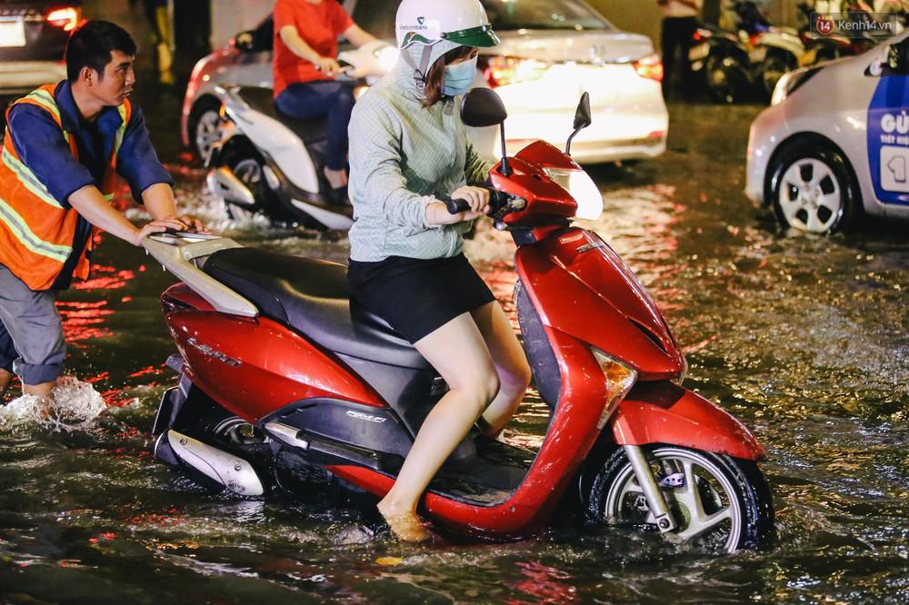 Ảnh: Trung tâm Sài Gòn ngập nước trong ngày triều cường đạt đỉnh, kẹt xe kinh hoàng khắp các ngả đường - Ảnh 10.
