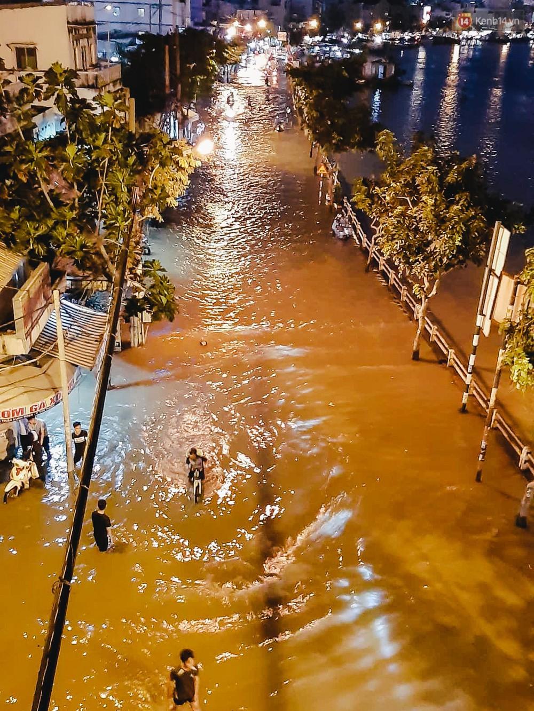 Ảnh: Trung tâm Sài Gòn ngập nước trong ngày triều cường đạt đỉnh, kẹt xe kinh hoàng khắp các ngả đường - Ảnh 18.
