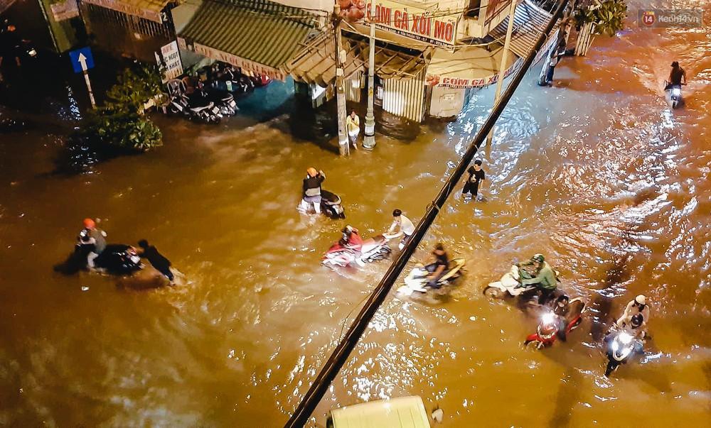 Ảnh: Trung tâm Sài Gòn ngập nước trong ngày triều cường đạt đỉnh, kẹt xe kinh hoàng khắp các ngả đường - Ảnh 19.