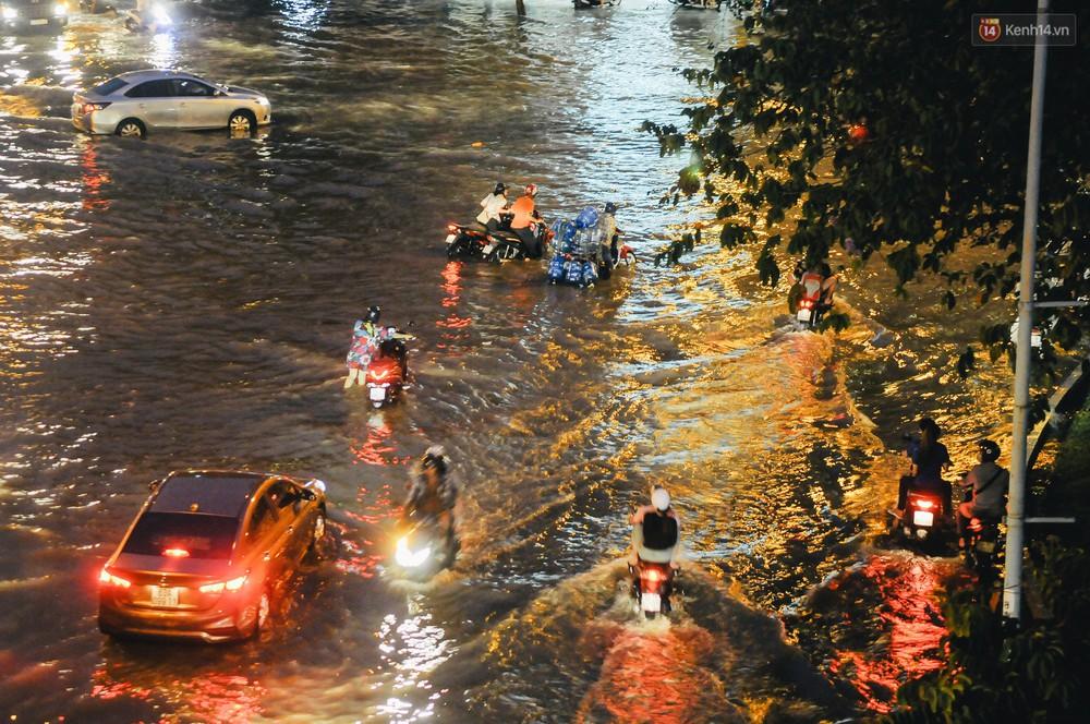 Ảnh: Trung tâm Sài Gòn ngập nước trong ngày triều cường đạt đỉnh, kẹt xe kinh hoàng khắp các ngả đường - Ảnh 20.