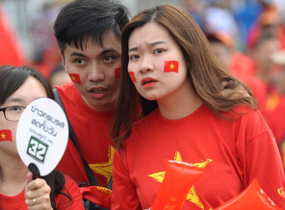Fan cổ vũ cuồng nhiệt bất chấp mưa lớn trước trận Việt Nam đại chiến Thái Lan - Ảnh 13.